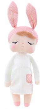 Lalka Metoo w białej sukience