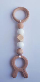 Zawieszka edukacyjna GRYZAK drewniany silikon na ząbkowanie 3M+. Zabawka sensoryczna. Biały królik. PASTEL WOOD