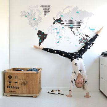 Naklejka na ścianę Mapa świata czarno-biała Dekornik